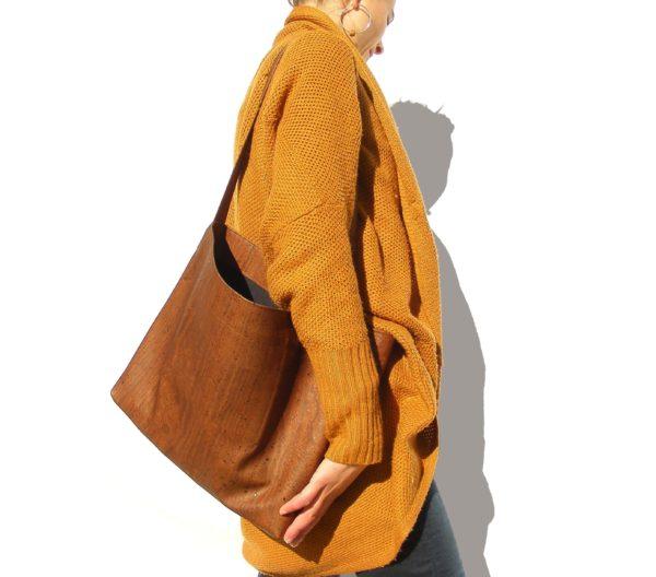grand sac fourre tout en liège vegan-tote bag en liège-tote bag vegan-grand sac à main-grand sac-sac à main-sac course-cuir de liège-cuir vegan-artisanat-fabriqué en france-mode éthiique-mode duranle-mode éco responsable-cadeau éthique-cadeau éthique fête des mères